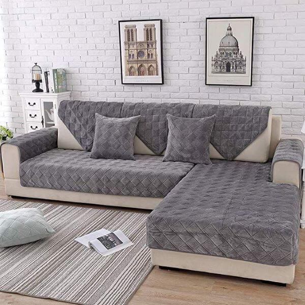 Sala com capa de sofá cinza