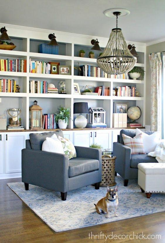 Sala com cores de móveis neutros e modernos