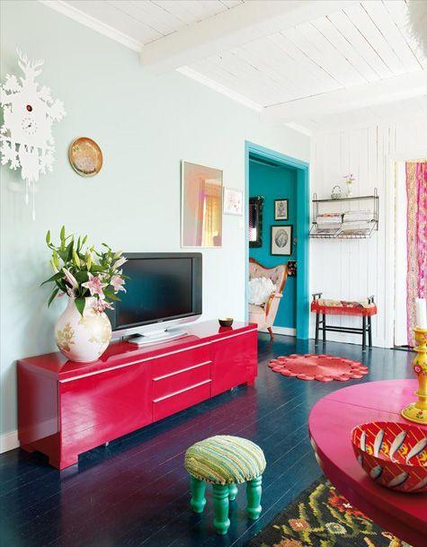 Sala com móveis coloridos