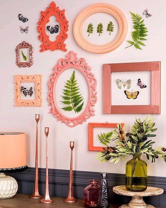 Sala com moldura colorida em tons de rosa