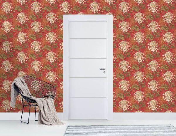 Sala com papel de parede vermelho e porta branca