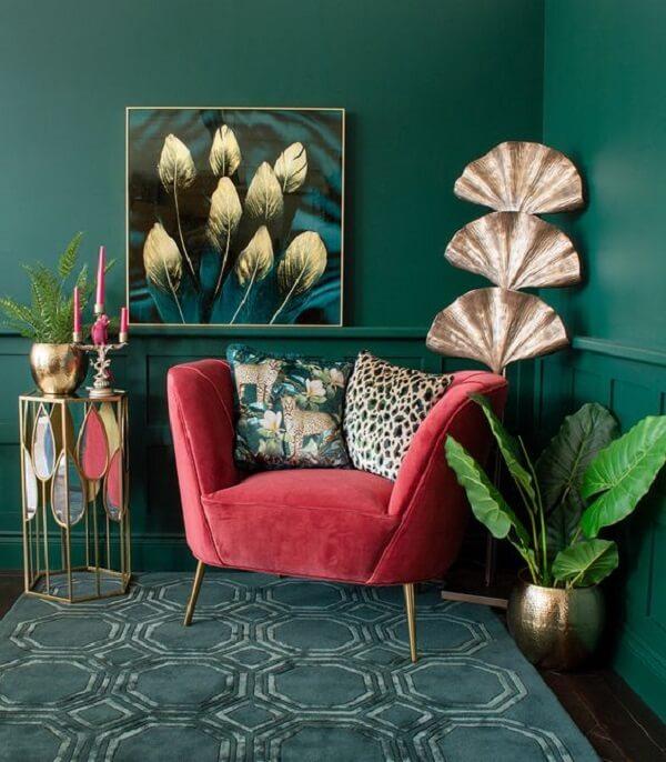 Sala com poltrona pé palito rosa e almofadas estampadas