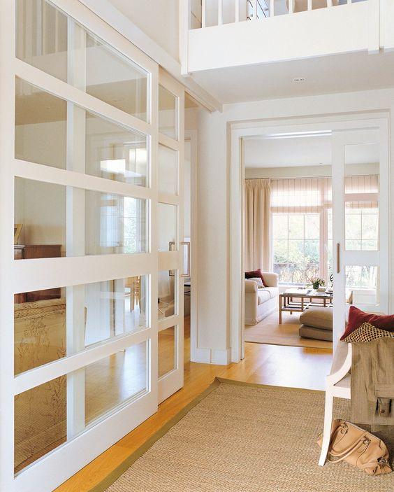 Sala com porta de correr de vidro