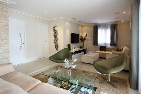 Sala com portas brancas para entrada e acesso ao quarto