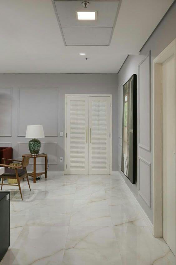 Sala com revestimento marmorizado