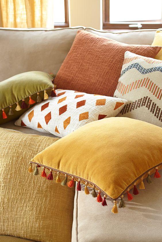 Sala confortável com tecido para almofada de suede
