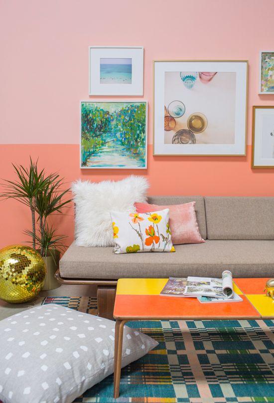 Sala cor coral e cinza