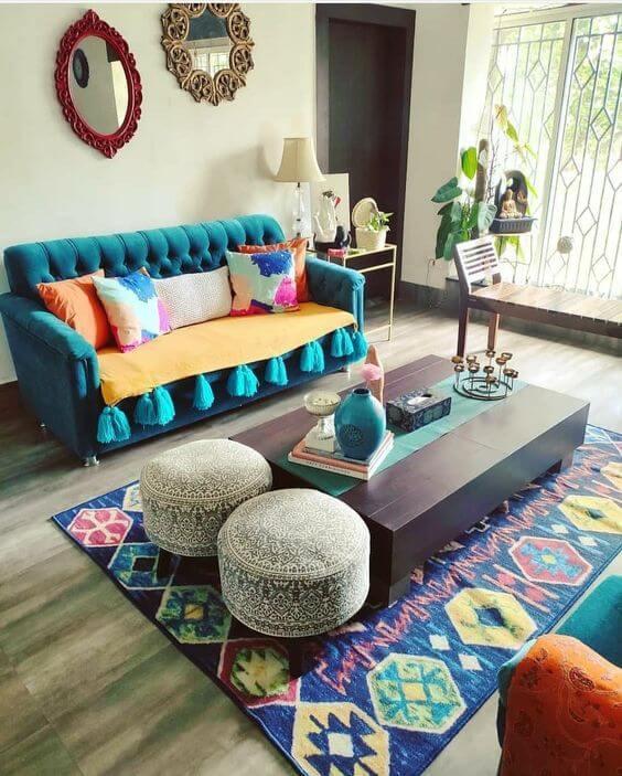 Sala de estar charmosa com capa de sofá azul