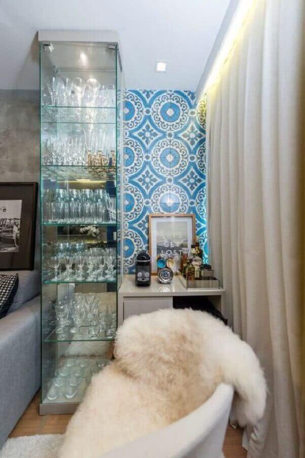 Sala de estar com cristaleira pequena