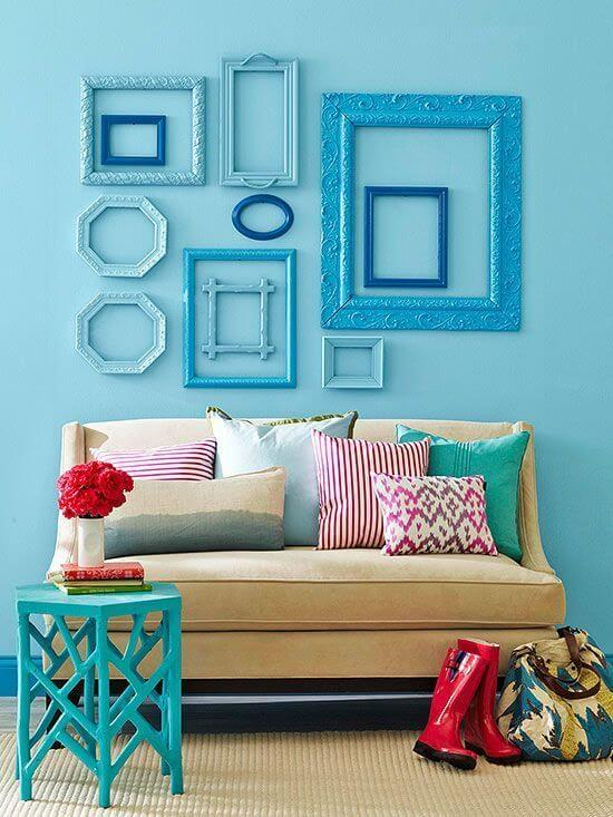 Sala de estar com moldura colorida em tons de azul