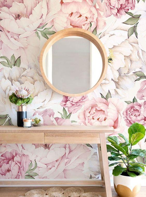 Sala de estar com papel de parede rosa floral