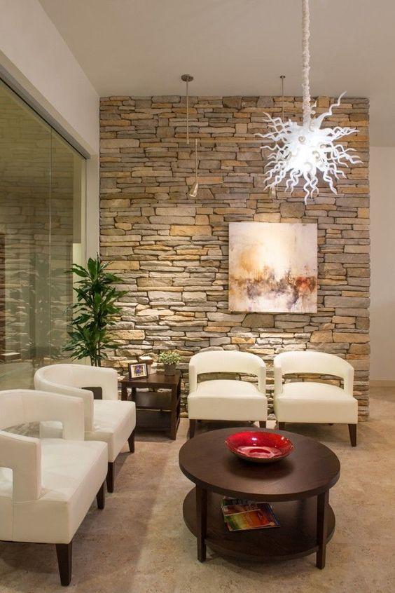 Sala de estar com papel de parede rustico