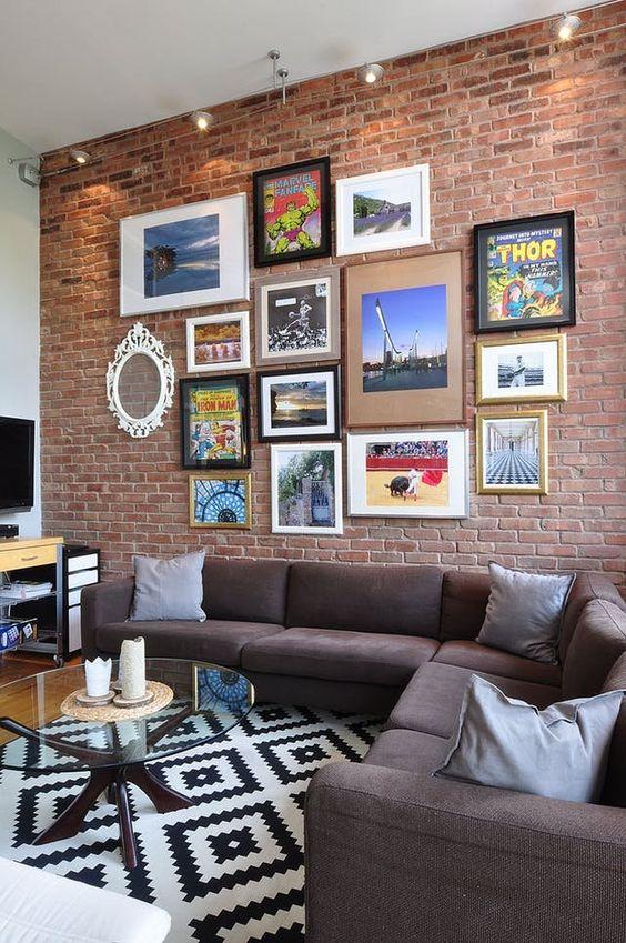 Sala de estar com papel de parede rustico de tijolinho