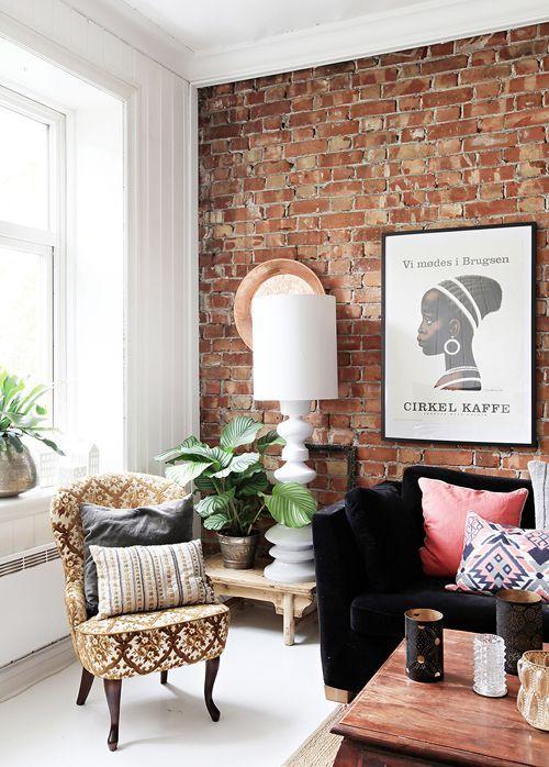 Sala de estar com papel de parede rustico e moveis chiques
