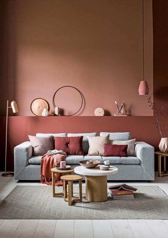 Sala de estar com parede na cor vinho