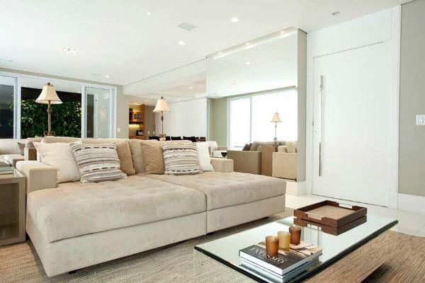 Sala de estar com porta branca grande