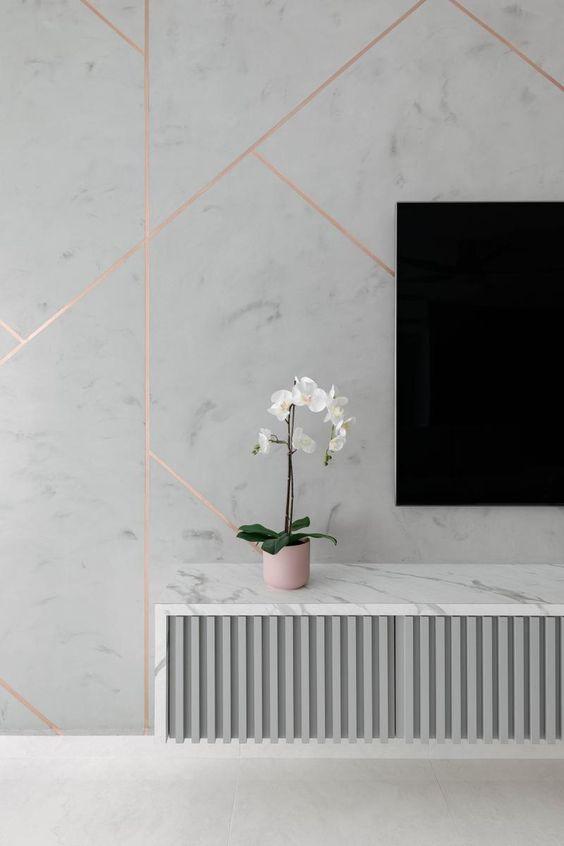 Sala de estar com revestimento marmorizado branco e rose