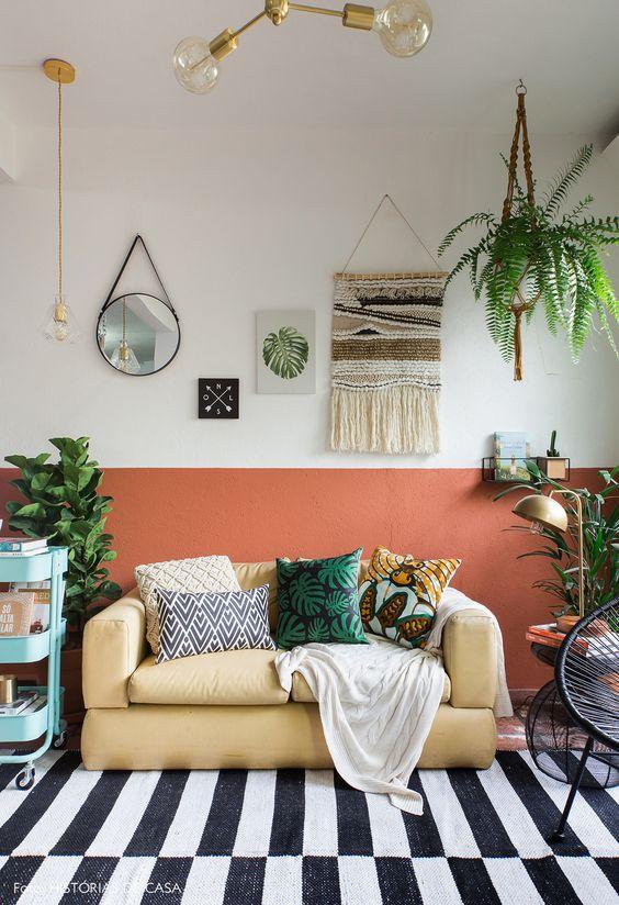 Sala de estar cor coral e moderna
