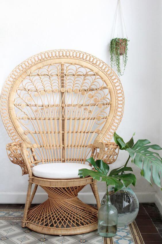 Sala de estar decorada com poltrona de vime e almofada redonda