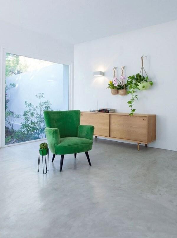 Sala de estar minimalista com poltrona pé palito verde