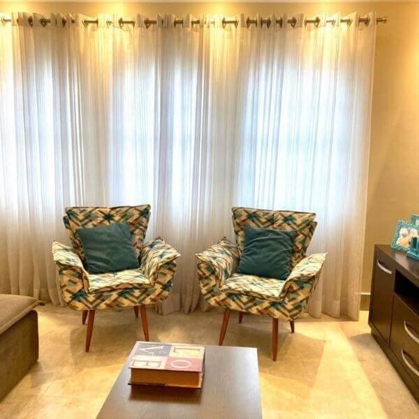 Sala de estar moderna com poltrona decorativa opala pé palito