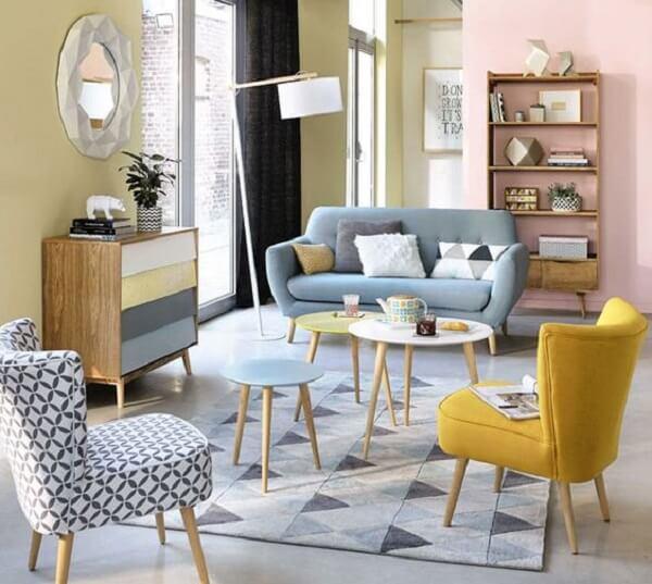 Sala de estar retrô com sofá e poltrona pé palito