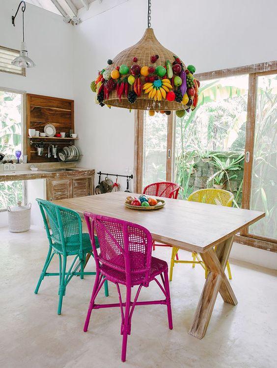 Sala de jantar colorida com cadeira de ferro divertida