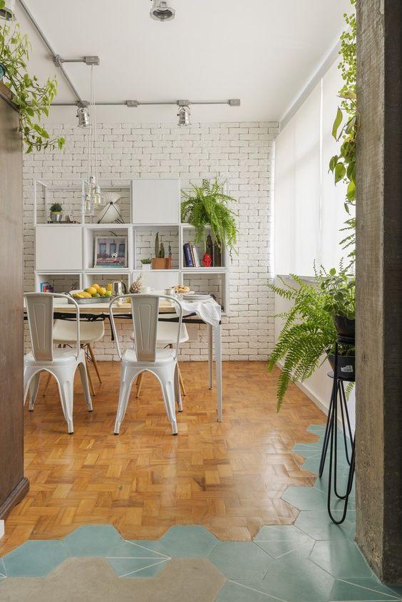 Sala de jantar com cadeira de ferro branca