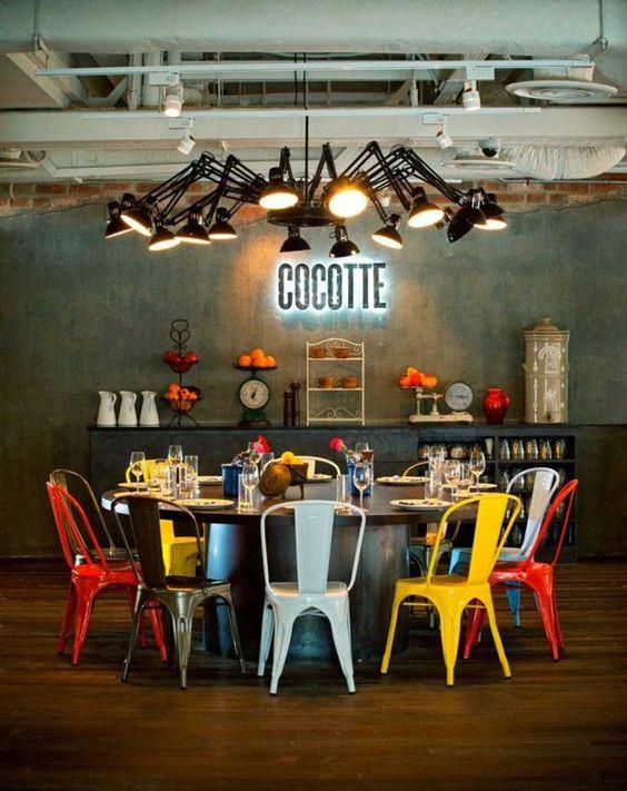 Sala de jantar com cadeira de ferro colorida