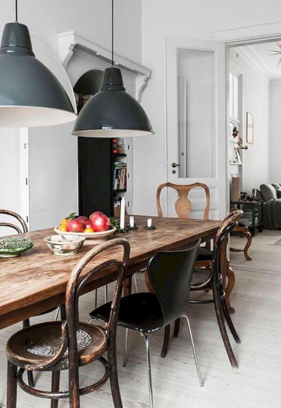 Sala de jantar com cadeira de ferro de diferentes estilos e tamanhos