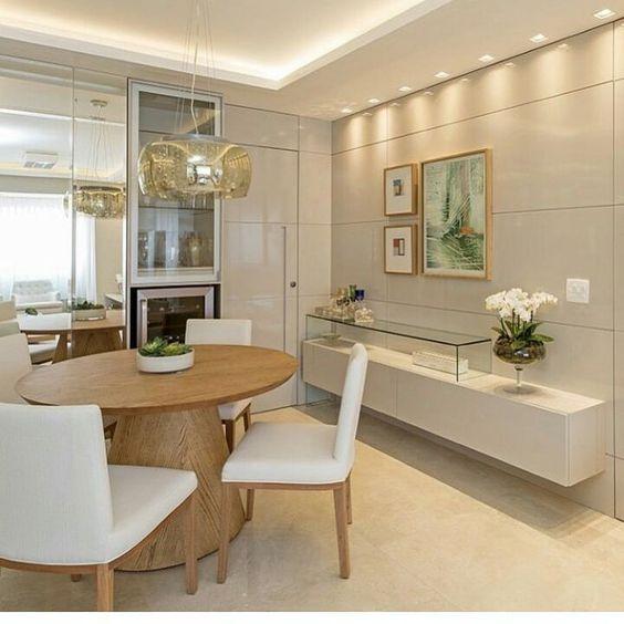 Sala de jantar com cristaleira pequena
