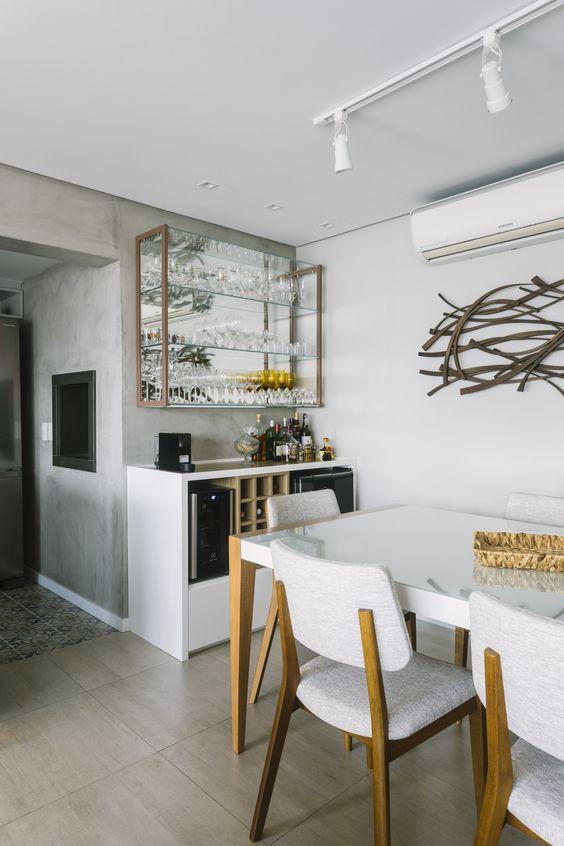 Sala de jantar com cristaleira pequena na parede