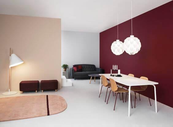 Sala de jantar com parede vinho