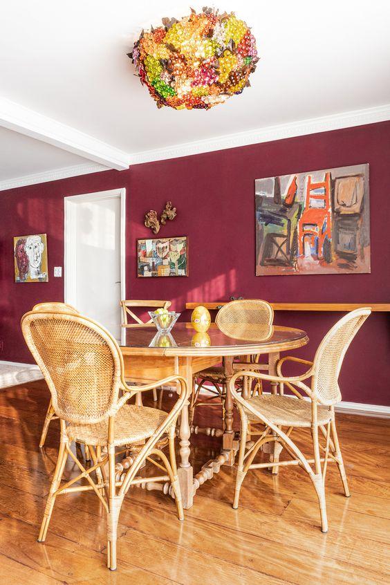 Sala de jantar com parede cor vinho