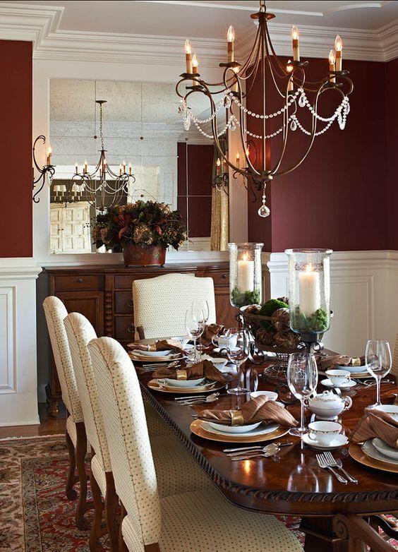 Sala de jantar com parede vinho espelhada
