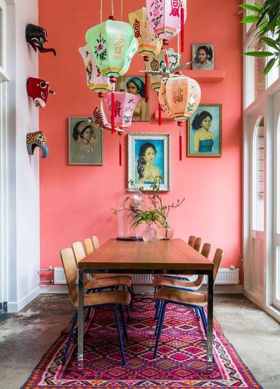 Sala de jantar com parede coral