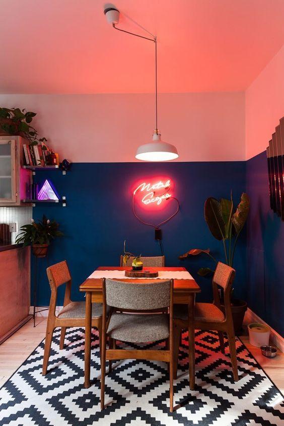 Sala de jantar com parede na cor coral e azul marinho