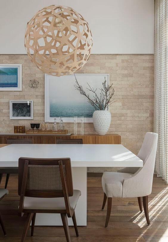 Sala de jantar com revestimento bege