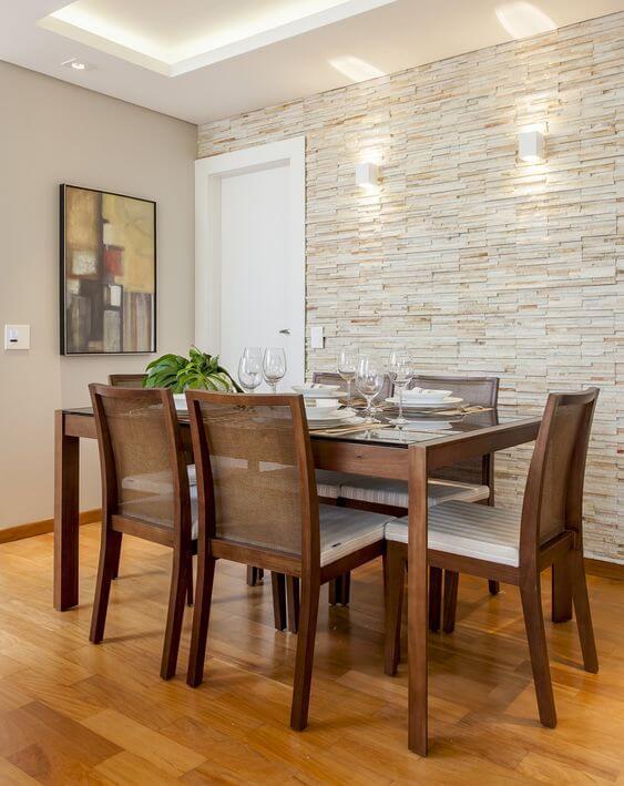 Sala de jantar com revestimento bege de canjiquinha
