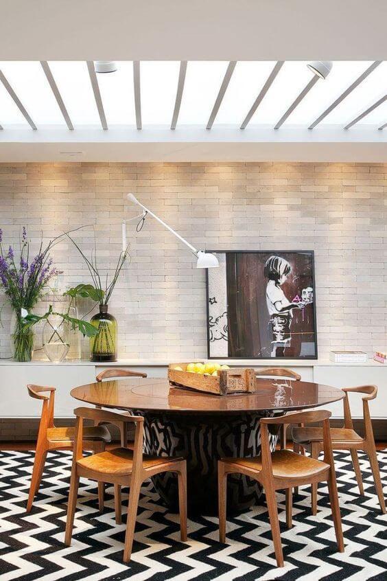 Sala de jantar com revestimento bege de tijolinho