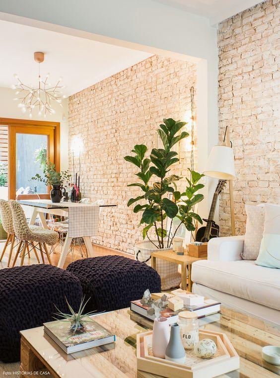 Sala de jantar e estar com papel de parede rustico