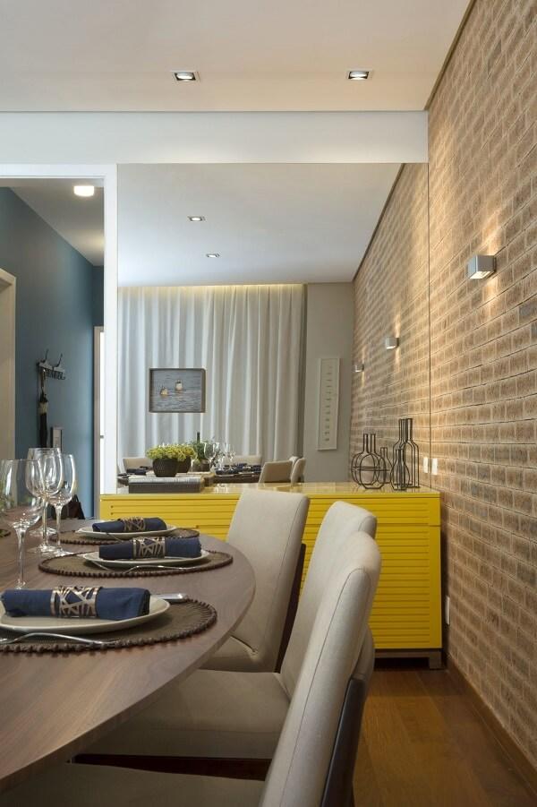 Sala de jantar moderna com aparador amarelo