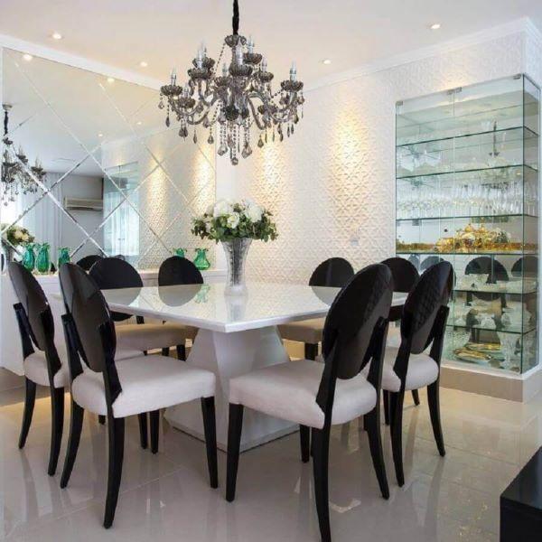Sala de jantar moderna com cristaleira pequena