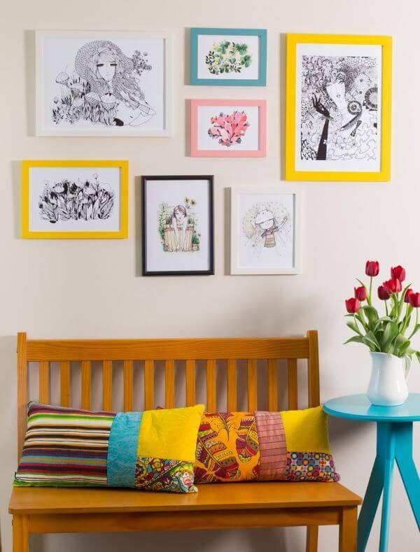 Sala decorada com moldura colorida