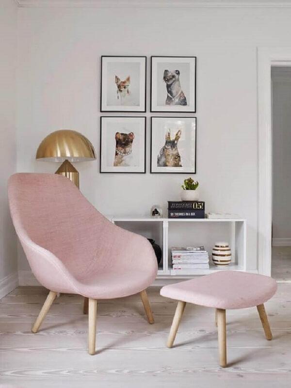 Sala minimalista branca decorada com poltrona pé palito rosa