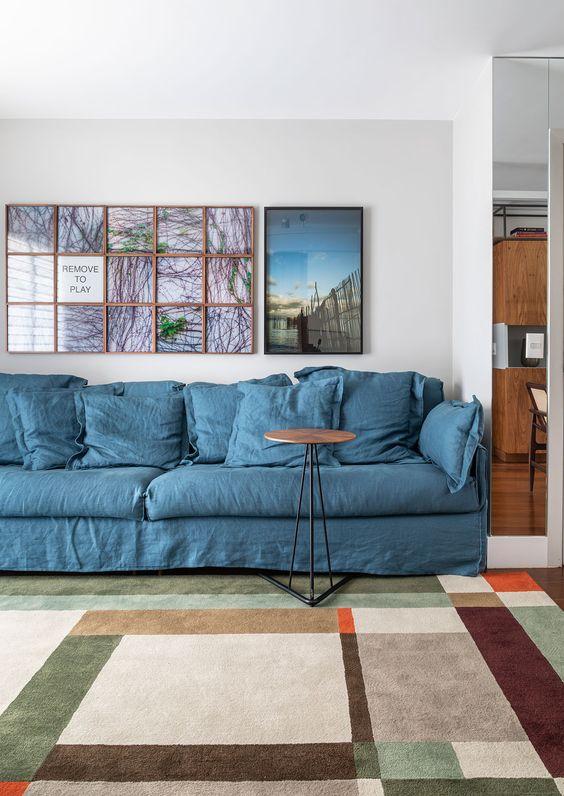 Sala moderna com capa de sofá azul