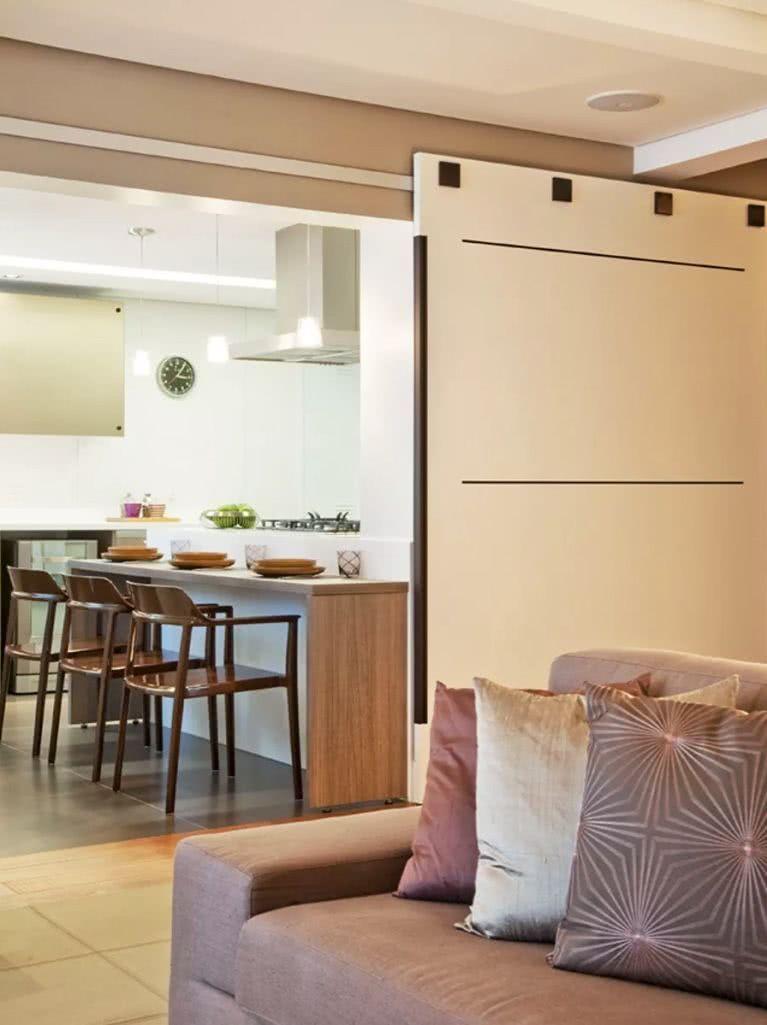 Sala pequena com porta de correr