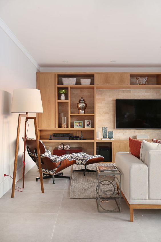 Sala planejada com móveis de madeira
