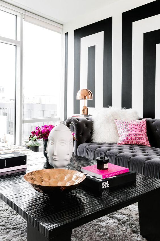 Sala preto e branco com tecido para almofada peludo e estampado