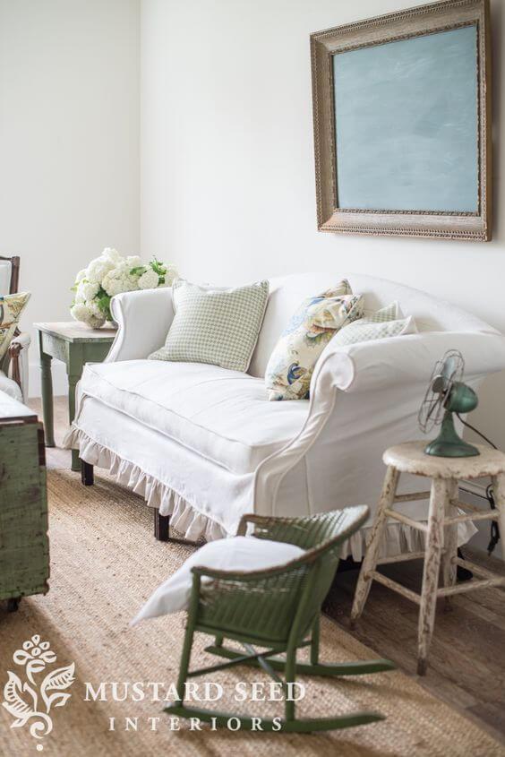 Sala vintage com capa de sofá branca